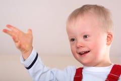счастливое мальчика с ограниченными возможностями