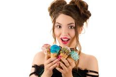 Счастливое молодое брюнет с мороженым в руках Стоковые Изображения