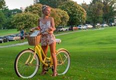 Счастливое молодое катание велосипедиста в парке Стоковое Изображение
