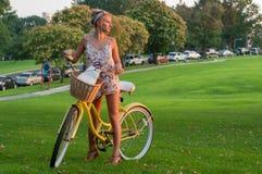 Счастливое молодое катание велосипедиста в парке Стоковая Фотография