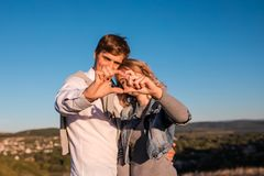 Счастливое молодое ` s пар делая сердце из пальцев стоковая фотография rf