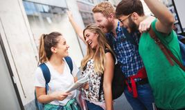 Счастливое молодые люди имея потеху outdoors Стоковое Изображение RF