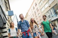 Счастливое молодые люди имея потеху outdoors Стоковое Фото