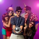 Счастливое молодые люди на партии Стоковая Фотография