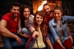 Счастливое молодые люди принимая selfie с мобильным телефоном Стоковое Изображение RF