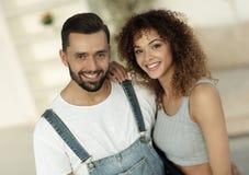 Счастливое молодые люди стоя в новом доме Стоковые Фотографии RF