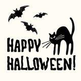 Счастливое название, кот и летучая мышь хеллоуина на белизне стоковые изображения rf