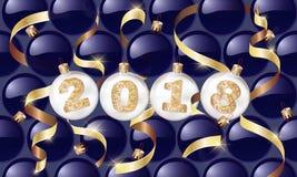 счастливое Новый Год 2018 Шарики рождества с золотым текстом и золотым серпентином Дизайн рождества, зимние отдыхи Illustrat вект Стоковые Изображения RF