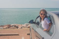 Счастливое отключение семейного автомобиля на солнечных очках моря, маленькой девочки портрета милой нося и чувствуя счастье в се Стоковое Фото