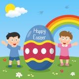 Счастливое пасхальное яйцо с малышами Стоковая Фотография RF