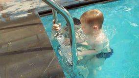 Счастливое пикирование матери и сына совместно под водой в бассейне, конце-вверх сток-видео