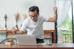 Счастливое повышение бизнесмена вручает смотреть компьтер-книжку, achiev концепции стоковое фото rf