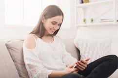 Счастливое послание девушки дома онлайн Стоковые Фотографии RF
