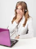 счастливое работник службы рисепшн w компьтер-книжки Стоковые Фото