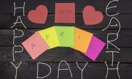 Счастливое слово дня земли с веревочкой на деревянной предпосылке Стоковое Фото