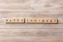 Счастливое слово четверга написанное на деревянном блоке Счастливый текст на таблице, концепция четверга Стоковая Фотография
