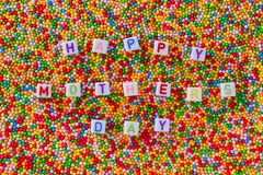 Счастливое сообщение дня матерей с предпосылкой литерности и конфеты стоковая фотография rf
