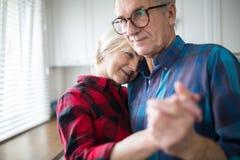 Счастливое старшее замужество обнимая держащ руки совместно стоковые фотографии rf