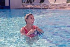 Счастливое услаженное плавание молодой женщины в воде стоковое фото rf