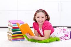 Счастливое чтение маленькой девочки стоковые фотографии rf
