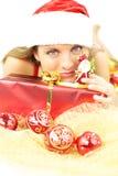 Счастливое Santa Claus с подарком для рождества Стоковые Фотографии RF