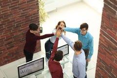 Счастливой показывая бизнесмены работы команды и давать 5 в offic Стоковое фото RF