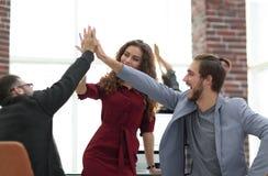 Счастливой показывая бизнесмены работы команды и давать 5 Стоковое Изображение RF