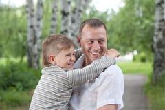 счастливо его сынок человека удерживания Стоковые Изображения RF