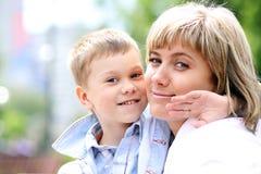 счастливо ее маленький сынок мати стоковая фотография rf