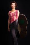 счастливо ее пиная ботинок показывая женщину спорта Стоковые Изображения RF
