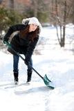 счастливо копать женщину снежка Стоковые Изображения