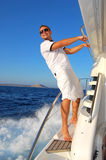счастливо ослабляя яхта матроса парусника Стоковые Изображения RF