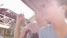 Счастливые азиатские мать и сын в плавая рынке известны в Таиланде, сток-видео