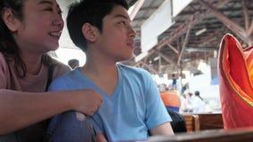 Счастливые азиатские мать и сын в плавая рынке известны в Таиланде, видеоматериал