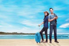 Счастливые азиатские пары путешественника с багажом на каникулах Стоковые Фото