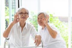 Счастливые 2 азиатских старших женщины показывая в порядке знак с рукой и пальцами совместно, превосходным символом, друзьями пож стоковое изображение rf