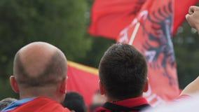 Счастливые албанские футбольные болельщики радуясь цель и веселя для футбольной команды страны акции видеоматериалы