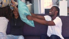 Счастливые африканские родители этничности играют с боем подушками детей видеоматериал