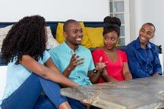Счастливые Афро-американские люди говоря о спорт и политике Стоковые Изображения