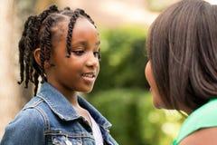 Счастливые Афро-американские мать и дочь Стоковые Фотографии RF
