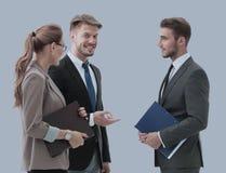Счастливые бизнесмены в formalwear обсуждая новый проект Стоковое Изображение RF