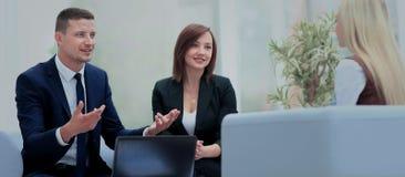 Счастливые бизнесмены говоря на встрече на офисе Стоковые Фото