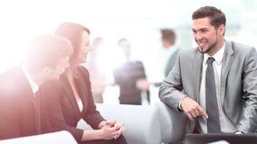 Счастливые бизнесмены говоря на встрече на офисе Стоковое Изображение RF