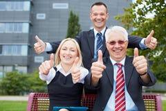 Счастливые бизнесмены держать Стоковая Фотография RF