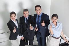 Счастливые бизнесмены держать Стоковые Фото
