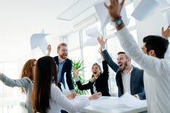 Счастливые бизнесмены празднуя успех стоковое изображение rf