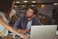 Счастливые бизнесмены смотря один другого в кафе Стоковое Фото