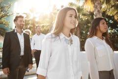 Счастливые бизнесмены стоя совместно снаружи Стоковое Изображение