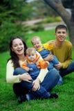 счастливые близнецы родителей Стоковые Изображения RF