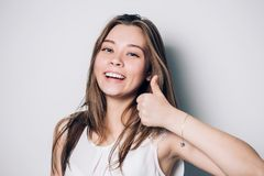 счастливые большие пальцы руки поднимают женщину стоковое фото